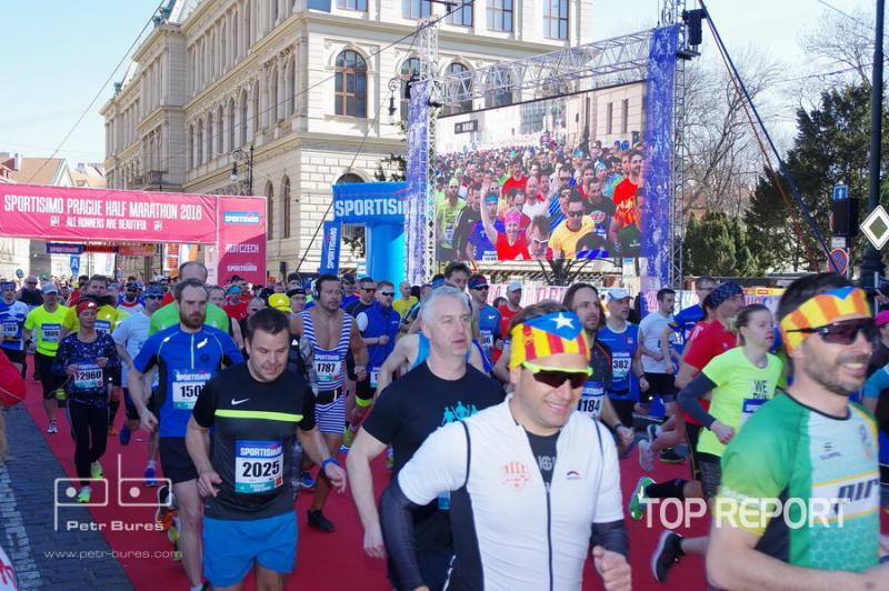 Běžci vyrážejí na trať