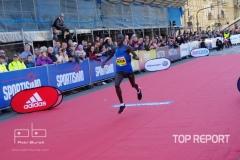 Peter Kwemoi finišuje do cíle