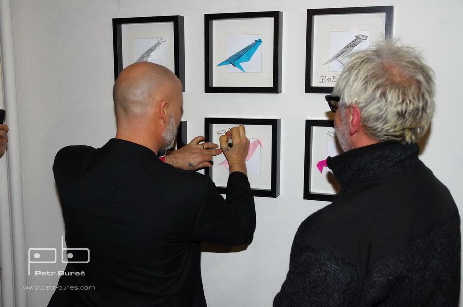 Jan Musil a Robert Vano se podepisuje na zeď v kavárně Bílá Vrána