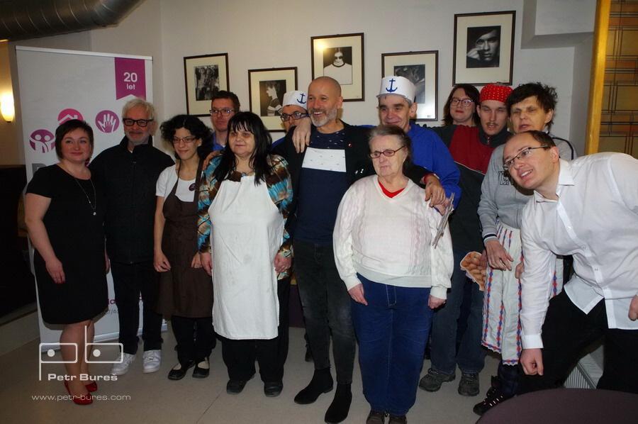 Robert Vano a Jan Musil s divadelníky denního stacionáře
