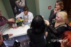Marie Pojkarová a dámy obdivují umění barmana od Fleretu