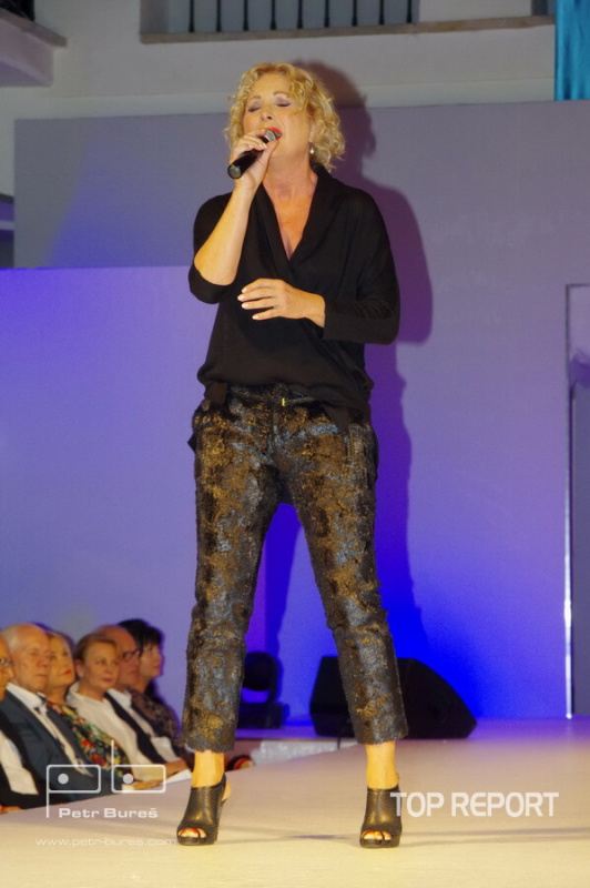 Světlana Nálepkové v modelu Yvony Leitner