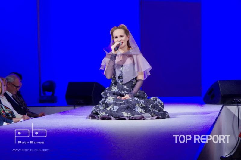 Monika Absolonová v šatech od Heleny Fejkové