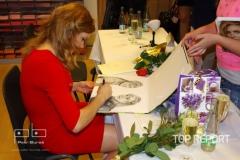 Gabriela Koukalová se podepisuje fanouškům