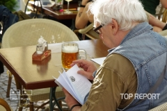 Šťastný fanoušek se začetl do podepsané knihy