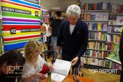 Markéta Harasimová podepisuje knihu pro Michala Nesvadbu