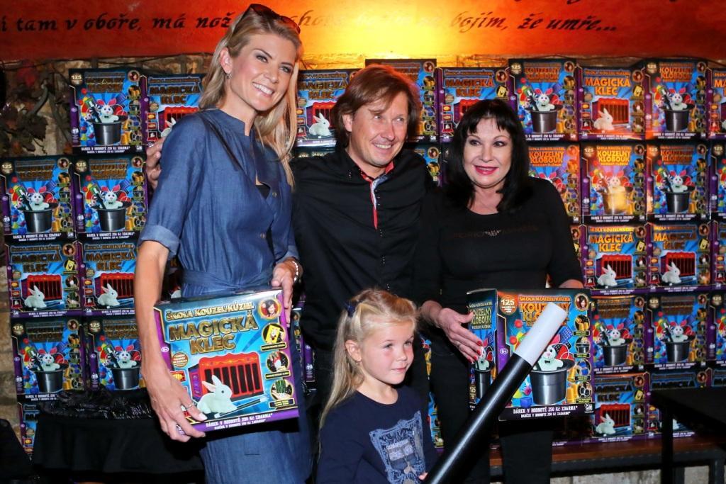 Eva Lutovská s dcerou Anetkou a Dáda Patrasová křtí nové kouzelnické sady Pavla Kožíška
