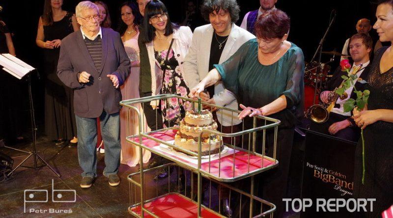 Valerie Zawadská zapaluje svíčku na dortu