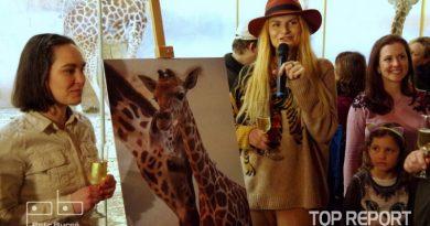 Iva Pazderková křtí mládě žirafy severní núbijské Nelu