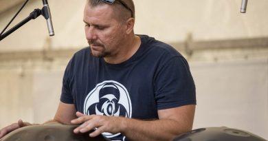 EXpřítel Kuklové fotograf Jiří Káš pověsil foťák na hřebík a věnuje se handpanům.